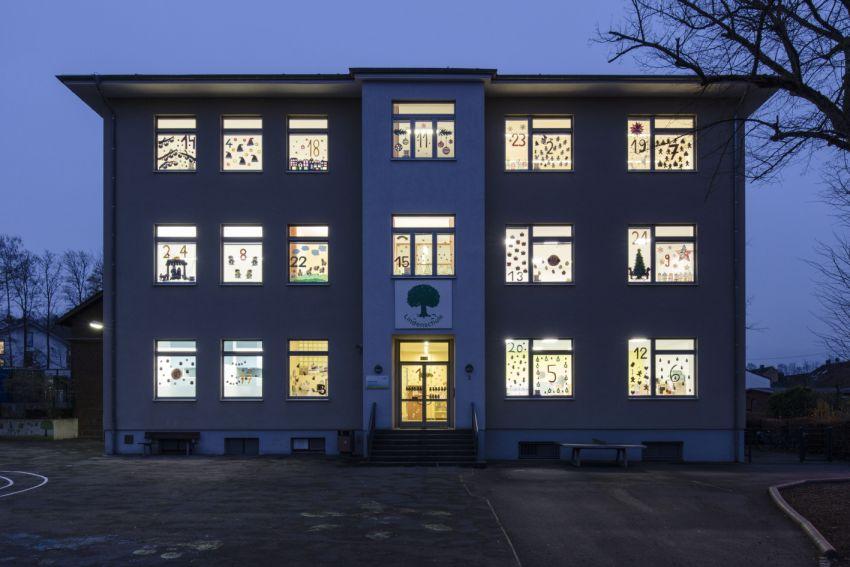 Schulgebäude mit geschmücktem Fenstern